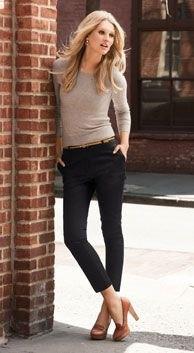 grå, figurkramande långärmad T-shirt med svarta avloppsbyxor