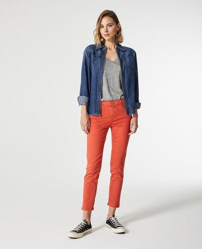 Mörkblå jeansjacka med orange, smala fotledsbyxor