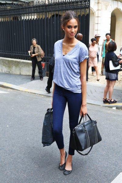 grå V-ringad T-shirt och mörkblå, smala fotbyxor