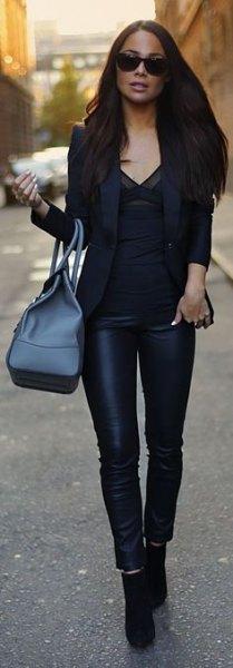 svart kavaj med blus med v-ringning och läderjackor