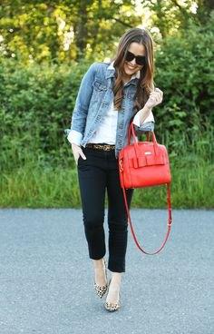 svarta chinos med vit skjorta och blå jeansjacka