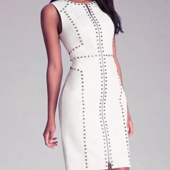 ärmlös, figurkramande, vit läderklänning med nitar