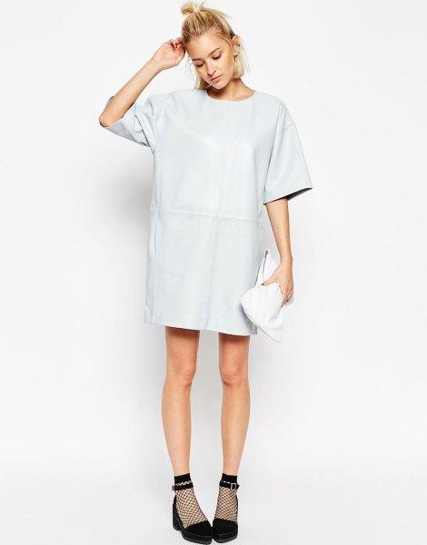 vit läder t-shirt klänning med vida ärmar