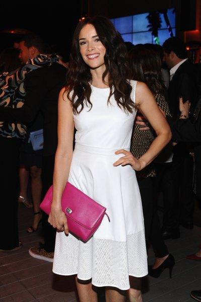vit tvåfärgad klänning neonrosa kopplingsväska