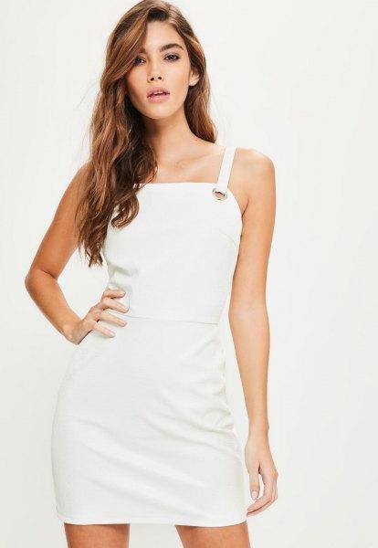 miniklänning i vitt läder med fyrkantig hals