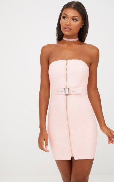 vit blixtlås klänning med ljusrosa choker