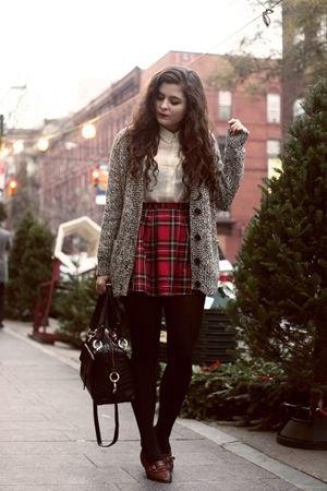 svart och röd rutig kjol grå överdimensionerad stickad kappa
