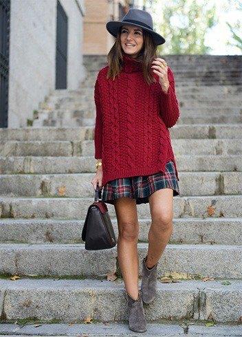 Burgundy marinblå överdimensionerad kabelstickad tröja och röd rutig kjol