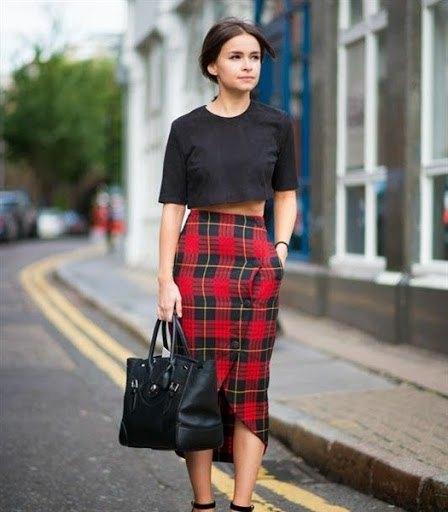 svart beskuren T-shirt midi röd rutig kjol