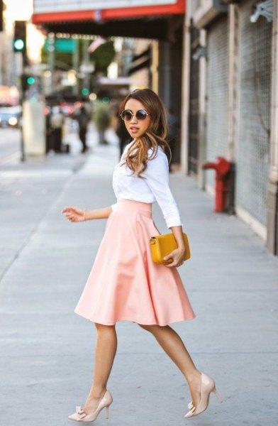 Vit skjorta med hög midja, vidgad, rosa kjol i midiläder