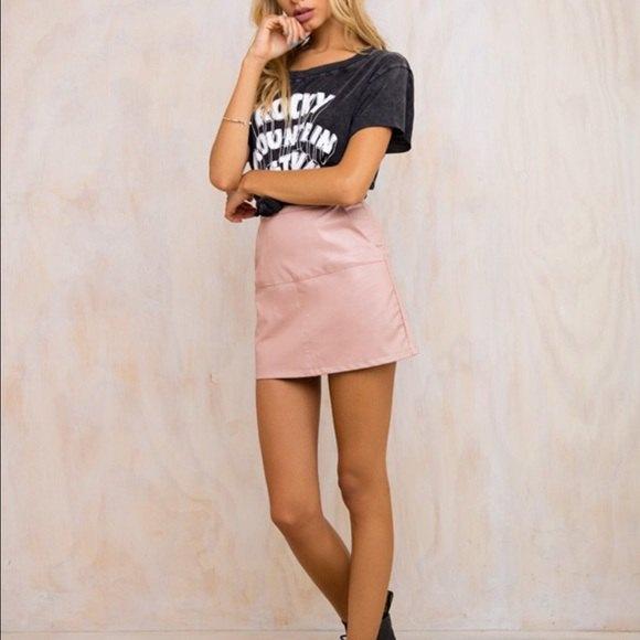 svart tryckt t-shirt med hög midja rosa läder kjol