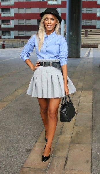 Himmelblå skjorta med knappar och en grå veckad minikjol
