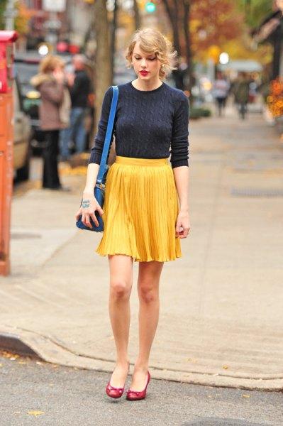 Mörkblå, figurkramande tröja med en gul veckad minikjol