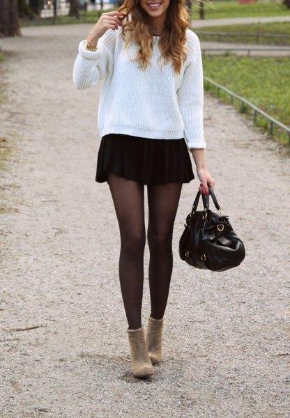 vit ribbad bekväm tröja med svart minikjol
