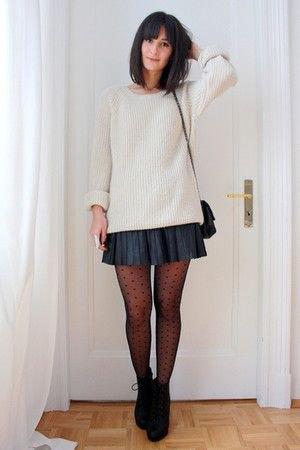 vit, ribbad, grovstickad tröja med mörkblå mini veckad kjol