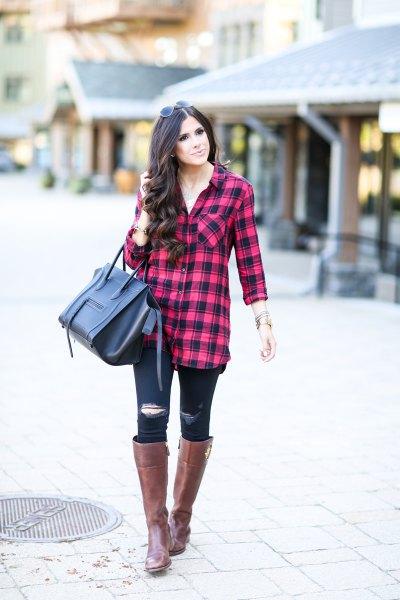 röd-svart rutig tunika med trasiga smala jeans och knähöga stövlar
