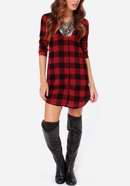 röd och svart rutig tunika med lårhöga läderstövlar