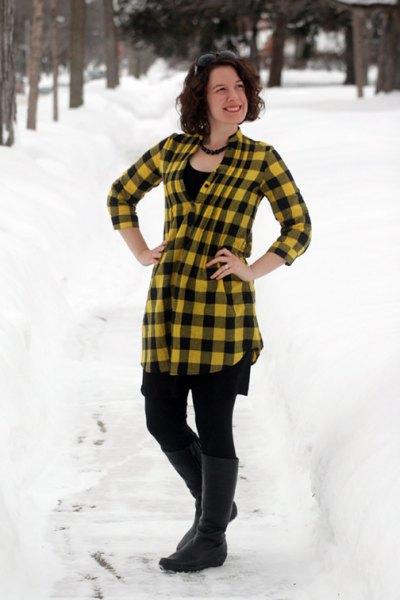 gul-svart rutig topp med leggings och knähöga stövlar