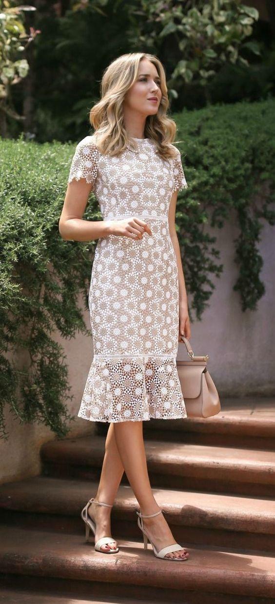vita klackar med öppen tå matchar den utsvängda klänningen