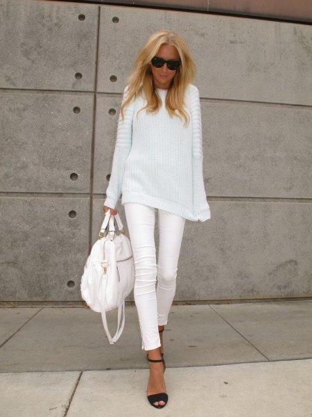 vit, ribbstickad tröja med en avslappnad passform och matchande smala jeans