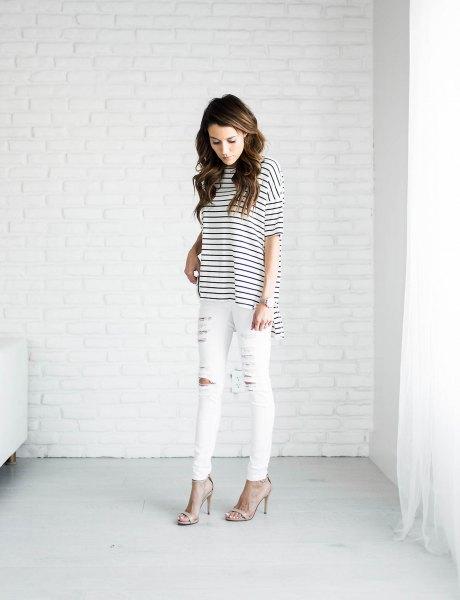 svartvit randig t-shirt och rippade vita jeans
