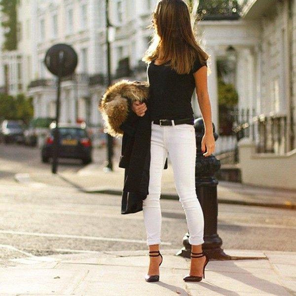 svart t-shirt med ankelröda vita jeans och fuskpälsjacka