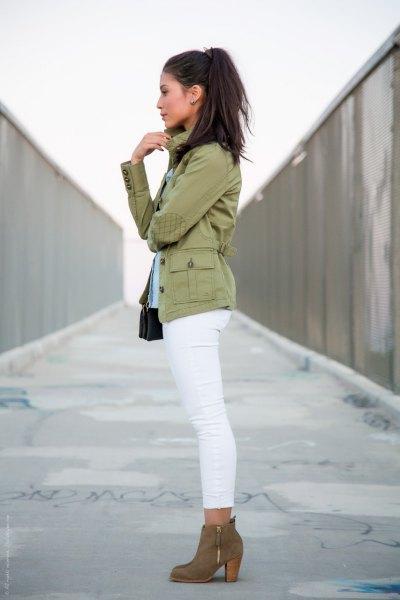 rodnande rosa militärjacka med vita smala jeans och kamelstövlar