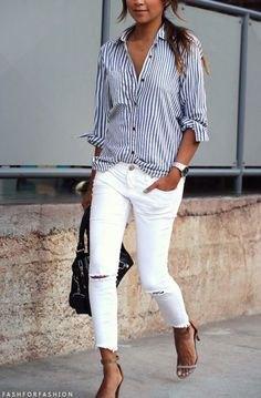 mörkblå och vit randig skjorta med knappar och rippade vita skinny jeans
