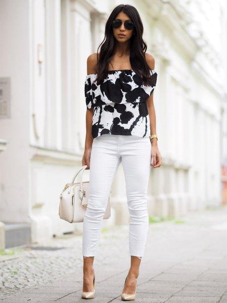 Svartvitt topp med axeltryckt topp och beniga skinny jeans