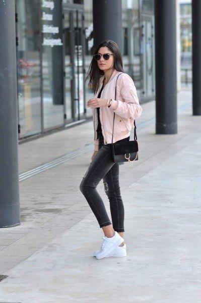 Ljusrosa kort bomberjacka med svarta skinny jeans