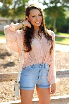 Ljusrosa chiffongskjorta med ljusblå jeansshorts i hög midja
