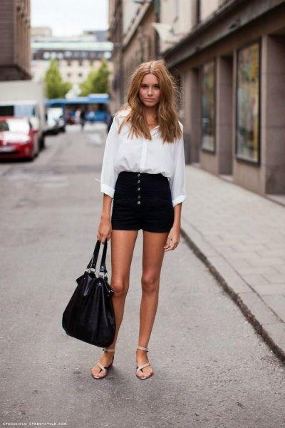 vit skjorta med knapp och mini jean shorts med svart knappfäste