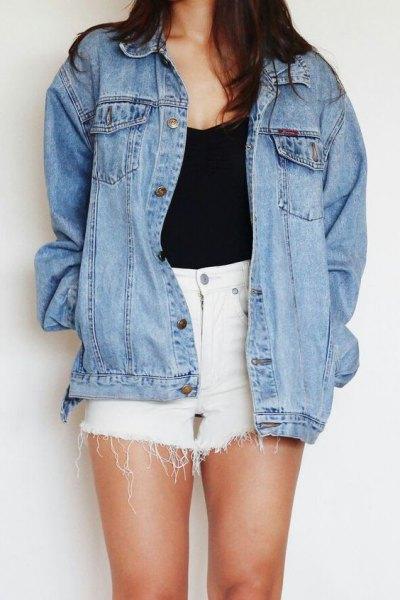 blå jeansjacka med vita mini-shorts