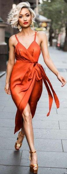 röd satin wrap klänning med guldklackar