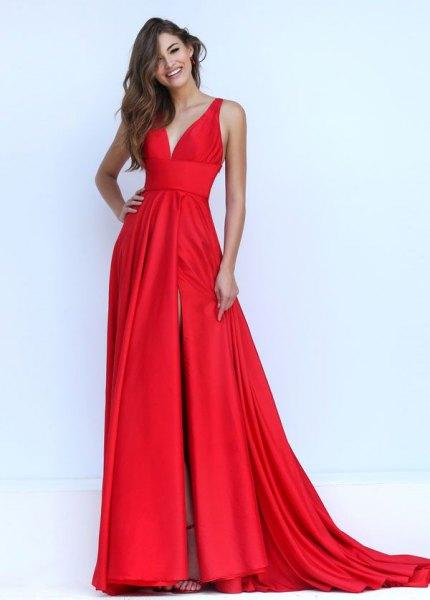 röd satin lång flytande klänning