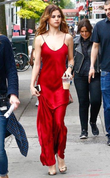 Golvlång klänning i röd satin med en urringning