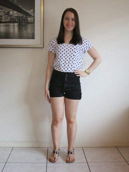 vit och svart kortärmad t-shirt med prickar och mini-jeansshorts