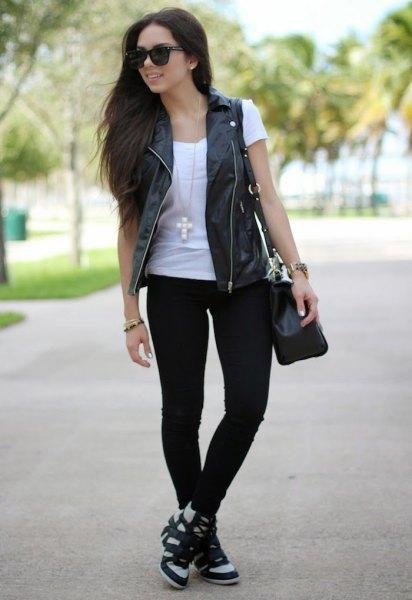 svart läderväst vit t-shirt jeans