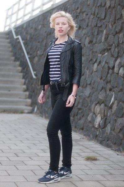 randig t-shirt med svart skinnjacka och mörkblå sneakers