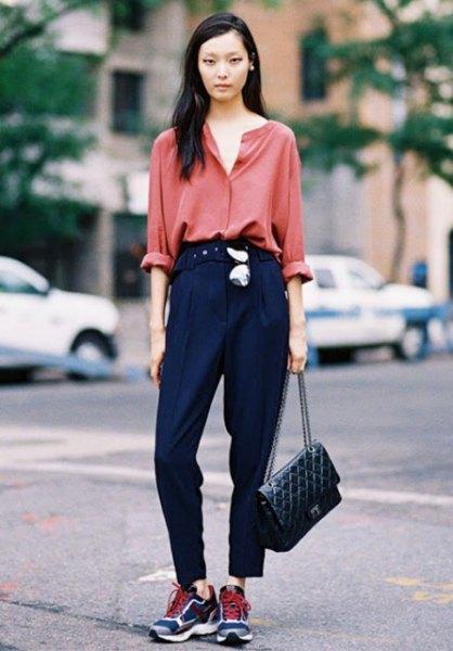 rosa skjorta med knappar, mörkblå byxor och mörkblå löparskor