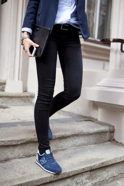 svart kavaj med vit skjorta och mörkblå sneakers