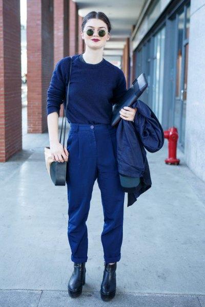 Mörkblå tröja med matchande byxor och läderstövlar