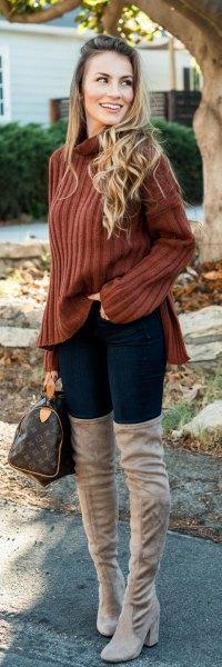 brun ribbad tröja med ståkrage och grå, lårhöga stövlar