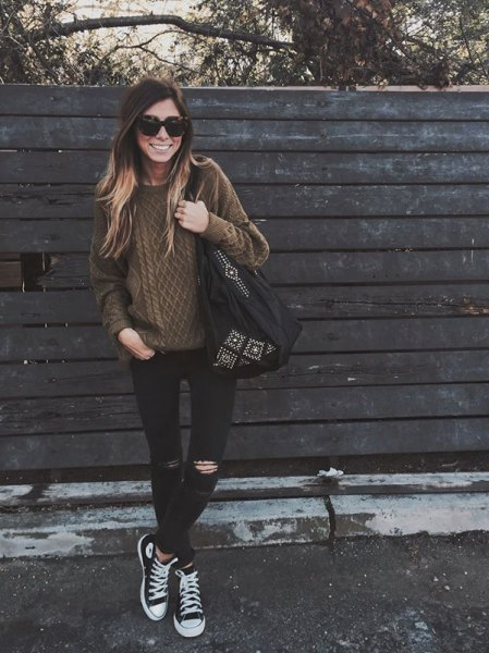 brun kabelstickad tröja med svartvitt Converse