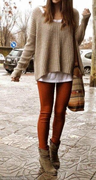 Kaffebrun, lätt utsvängd stickad tröja över en vit linne