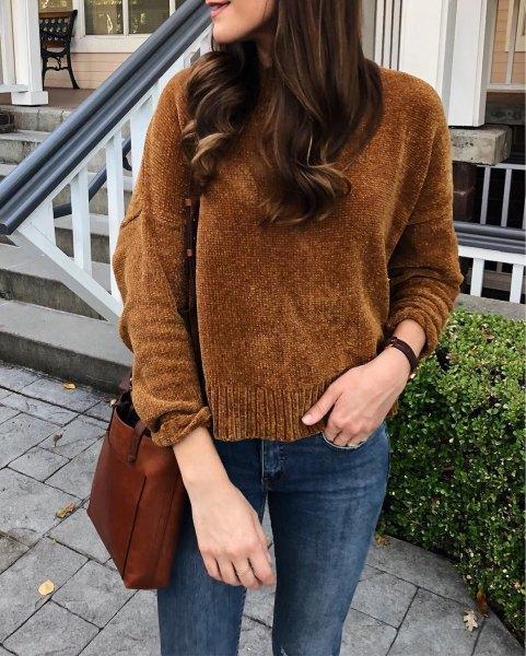 brun stickad tröja med mörkblå skinny jeans
