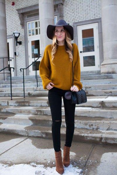 gulbrun ribbad tröja med svart floppy hatt