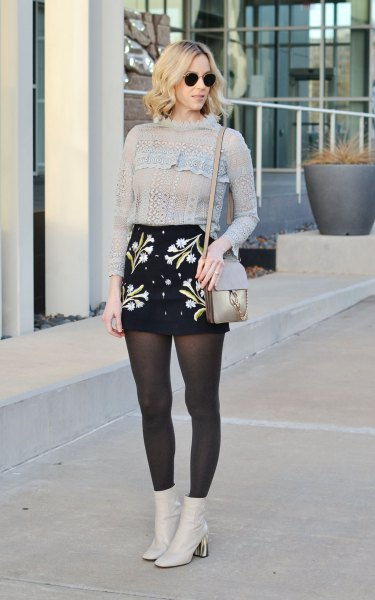 Stickad tröja, broderad kjol med hög midja