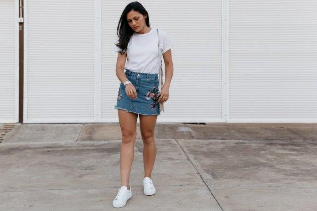 broderad denim kjol vita t-shirt sneakers