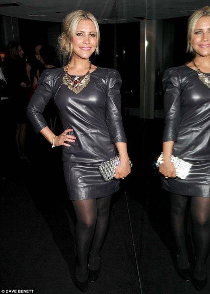 Figurkramande miniklänning i svart läder med trekvartärmar